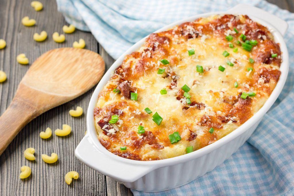 Macaroni Schotel tersaji hangat di atas meja.