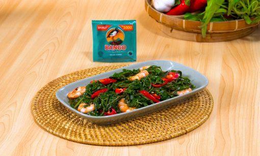 Tumis kangkung udang tersaji di atas piring dan didampingi kecap Bango.
