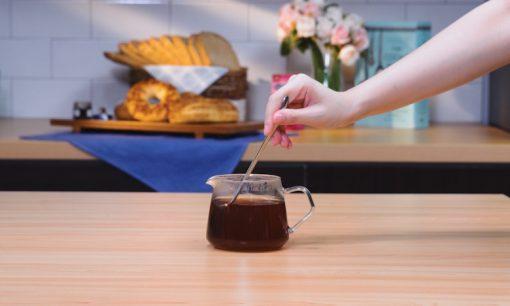 Menyeduh teh dalam poci.
