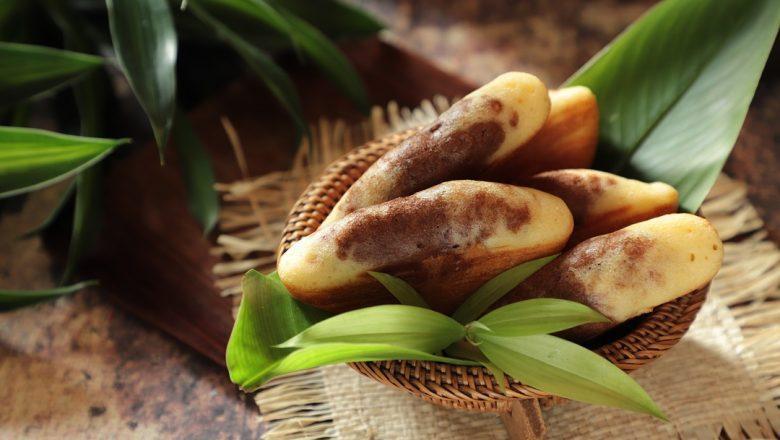 Jajanan pasar Kue Pukis dengan Topping Cokelat disajikan di atas meja kayu.