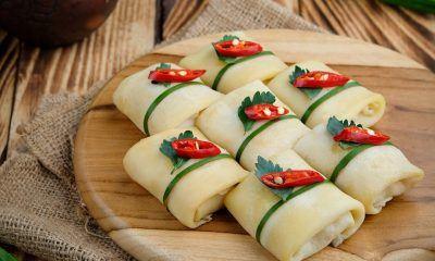 Hidangan semar mendem untuk sarapan disajikan di atas talenan.