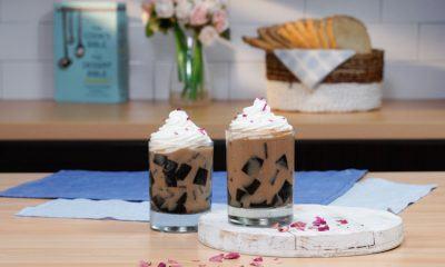Hasil cara membuat milk tea mawar dengan grass jelly disajikan di atas meja dapur.