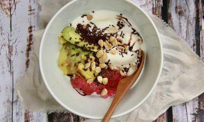 Semangkuk es podeng dengan sendok kayu.