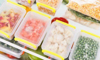 Beberapa kotak makanan berisi frozen food di kulkas