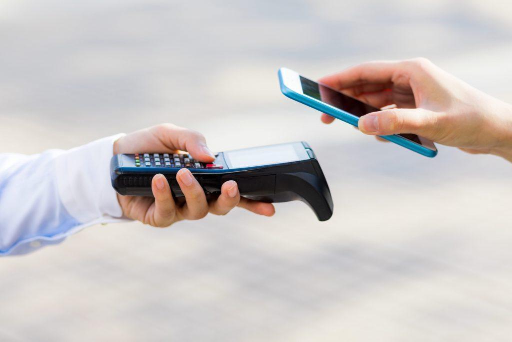 Seseorang sedang scan QR code dengan handphone
