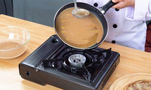 Membuat kulit adonan kue dadar gulung di atas wajan.