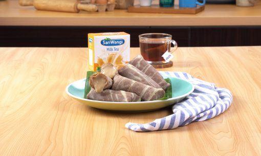 Kue dadar gulung disajikan di atas piring.