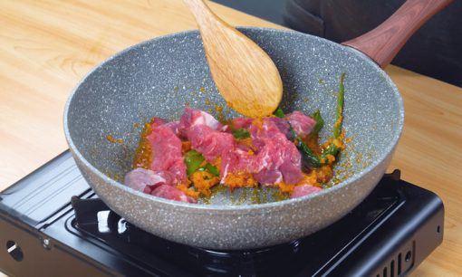 Daging ditumis dengan bumbu halus.