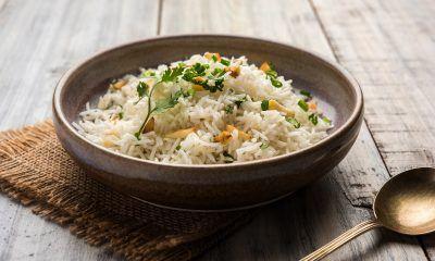 Nasi jeruk dalam mangkuk besar.