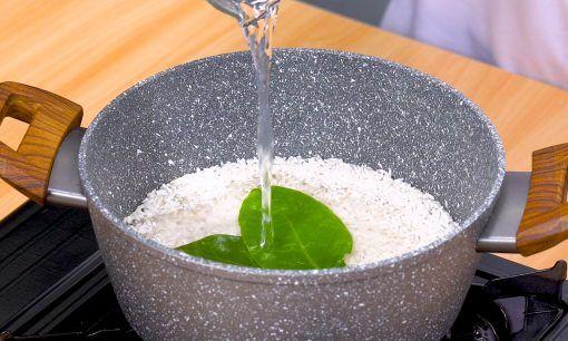 Mengaron beras dan santan untuk resep arem arem.
