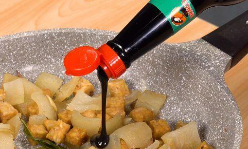 Menambahkan kecap pada resep kikil yang tengah dimasak
