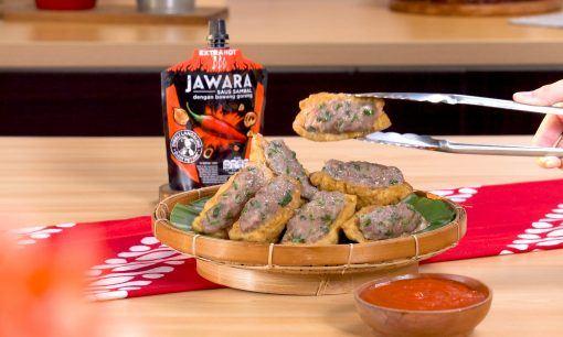 Tahu bakso disajikan hangat bersama saus sambal.