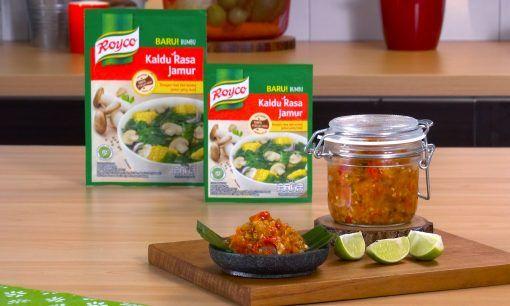 Sambal bawang disajikan di atas talenan bersama produk Royco dan jeruk.