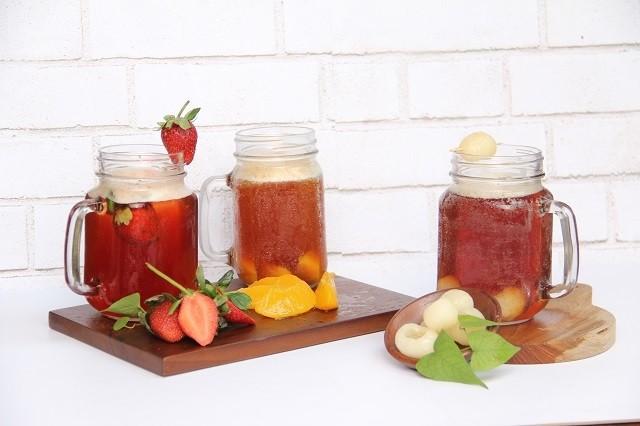 Tiga jenis es teh berupa Strawberry Tea, Orange Tea, dan Lychee Tea disajikan.