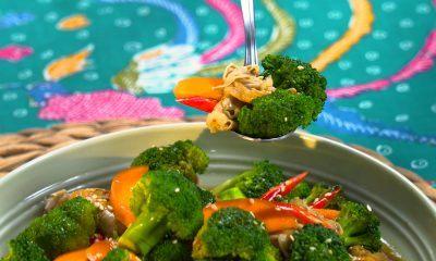 Seseorang tengah menikmati cah brokoli yang tersedia di atas meja makan.