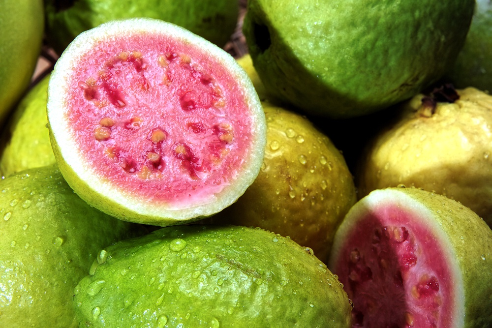 Potongan buah jambu klutuk ditumpuk bersama-sama.
