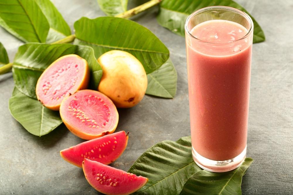 Manfaat jus jambu klutuk disajikan bersama potongan buahnya.