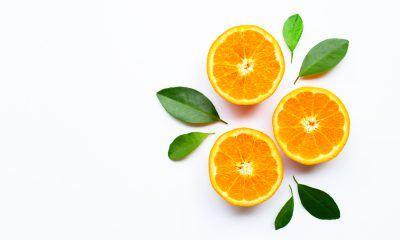 Jeruk yang kaya manfaat vitamin C diletakkan di atas background putih.