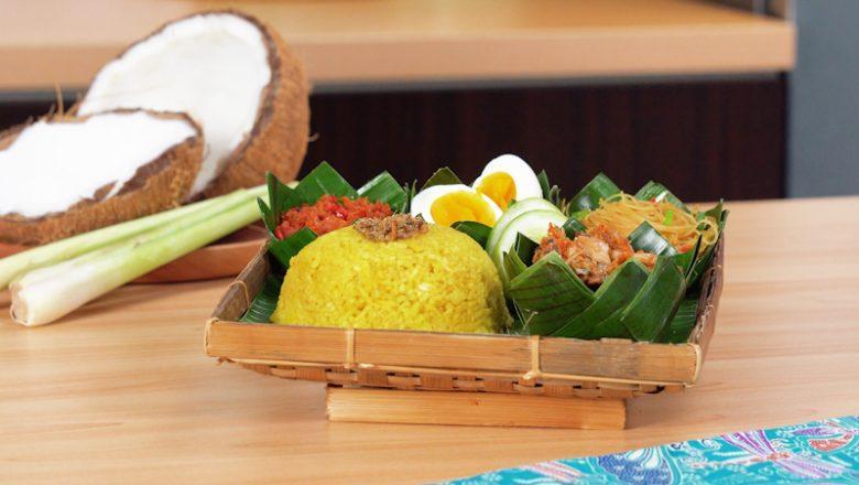 Seporsi nasi kuning Manado dengan telur dan cakalang.