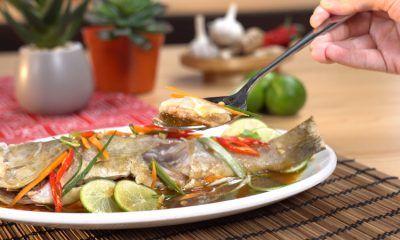 Hasil masak resep tim ikan kerapu tengah dinikmati.