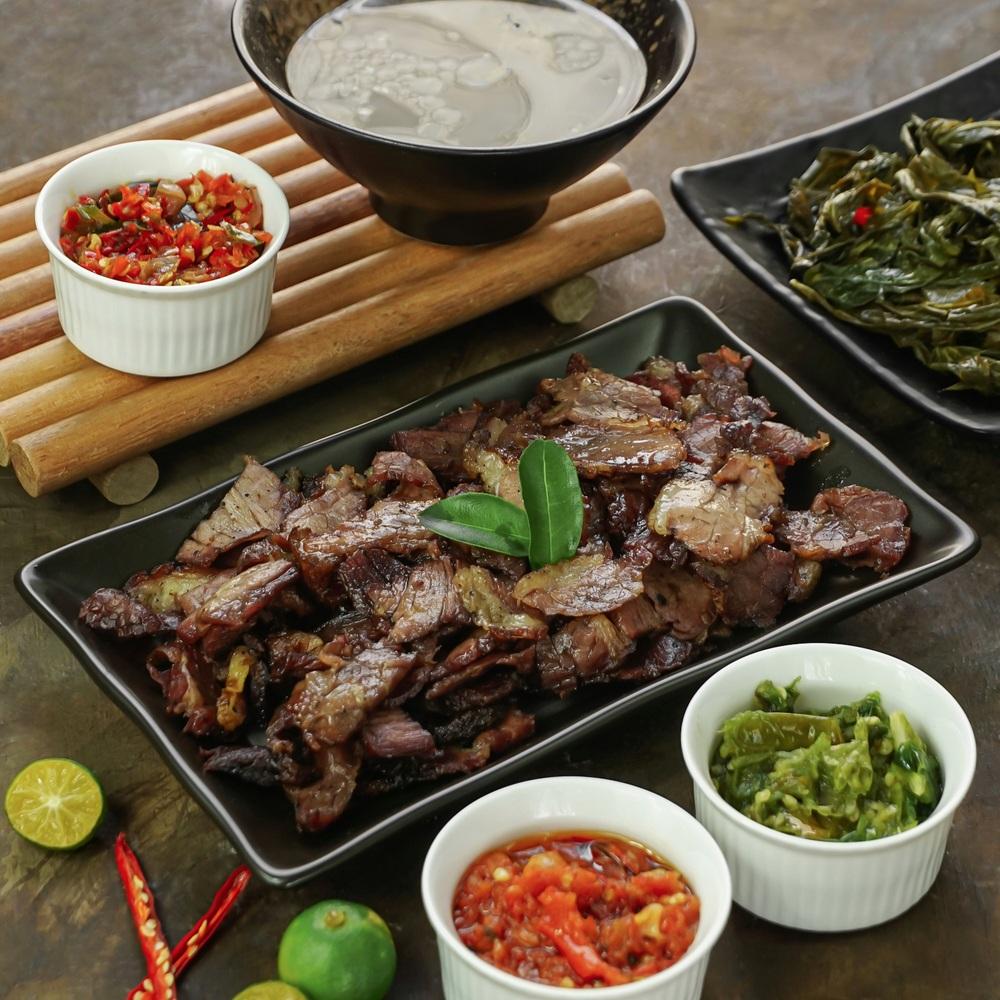 Se'i sapi disajikan bersama aneka sambal dan kuah.