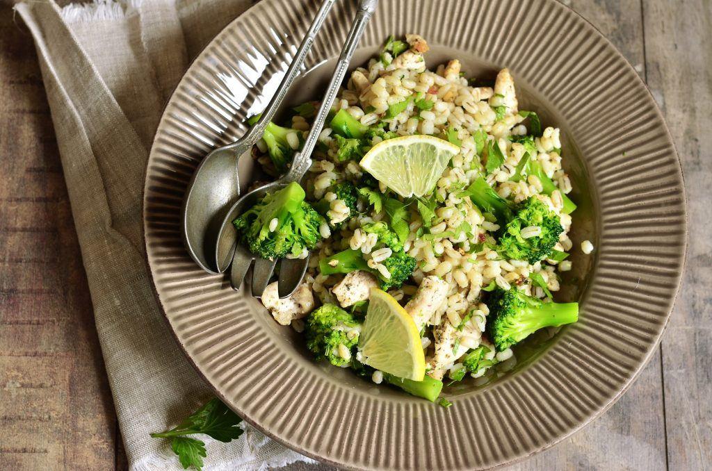 Jali atau barley dengan brokoli di atas piring