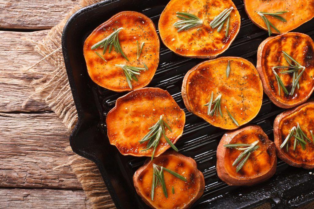 Potongan ubi panggang di atas wajan untuk menu vegetarian
