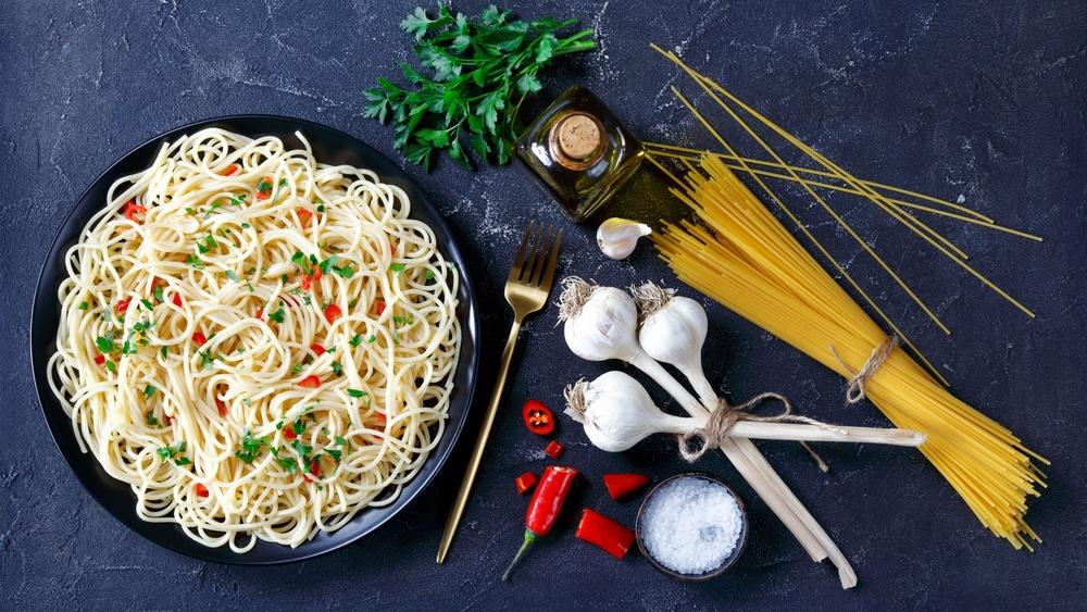 Spaghetti disajikan bersama bahan-bahan lainnya.