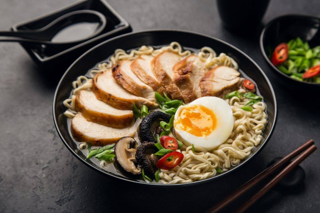 Semangkuk mie ramen ayam yang lezat masakan oriental.