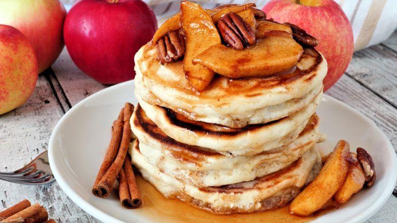 Hasil masak resep pancake milk tea disajikan di atas piring.