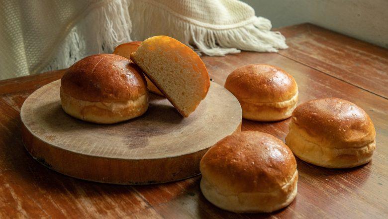 Roti Manis polos diletakkan di atas talenan.