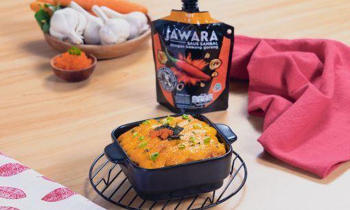Salmon mentai disajikan dalam pinggan tahan panas.