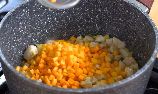 Menumis sayuran dalam panci untuk sup.