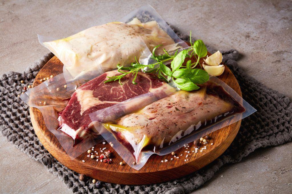 Tiga jenis daging dikemas dengan plastik vacuum untuk delivery makanan.