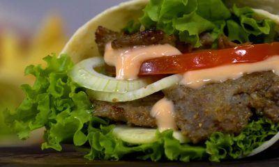 Kebab mini dengan isian lengkap berupa daging dan sayuran.