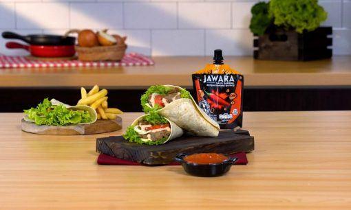 Kebab mini disajikan di atas talenan.