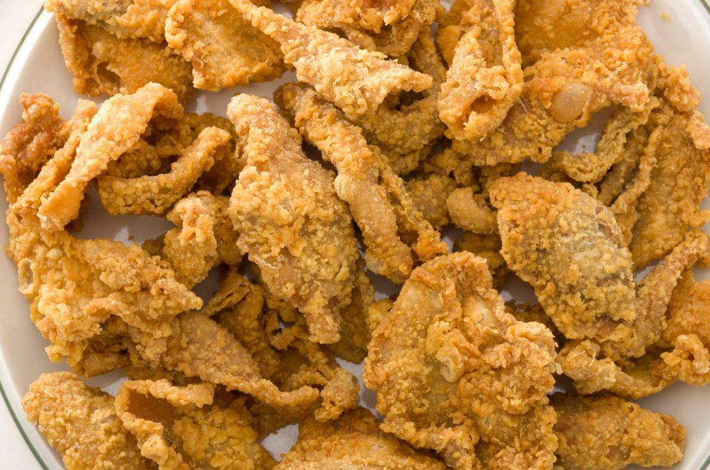 Kulit ayam goreng tepung bertumpuk di atas piring