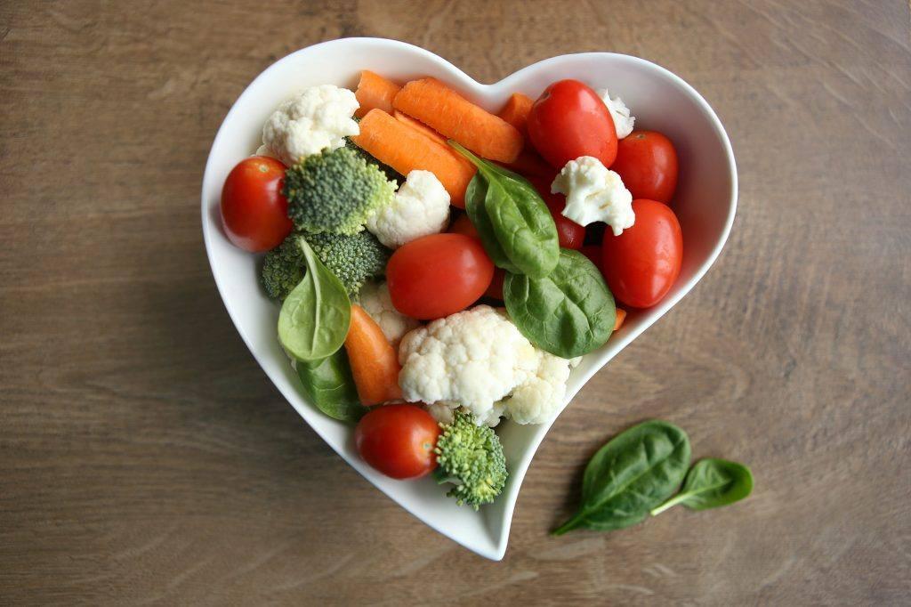 mangkuk berbentuk jantung hati berisi sayuran