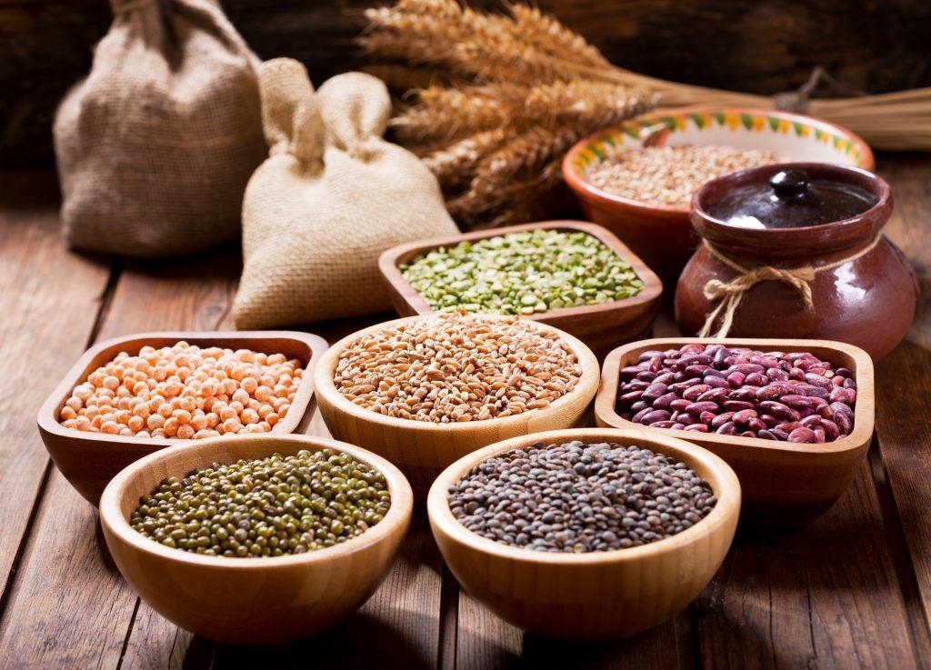 berbagai jenis biji bijian dalam mangkuk berbeda