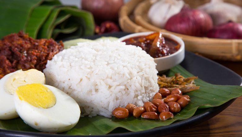 Hasil masak resep nasi bogana lengkap dalam piring beralas daun.