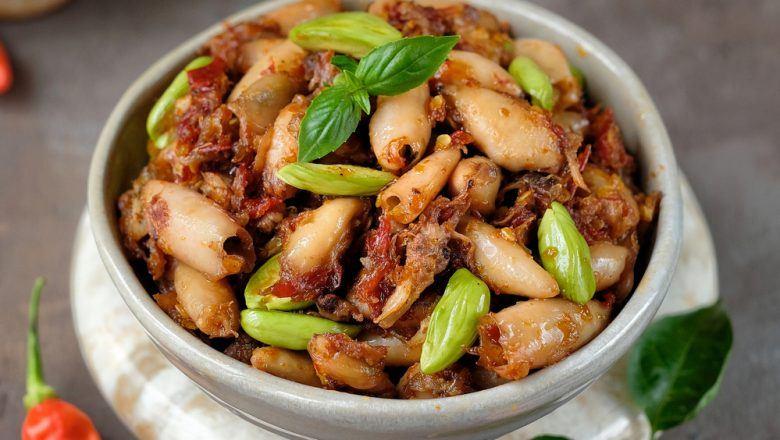 Mangkuk berisi hasil masak resep sambal cumi disajikan.