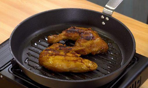 Memanggang ayam.