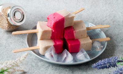 Es gabus disajikan di atas piring.