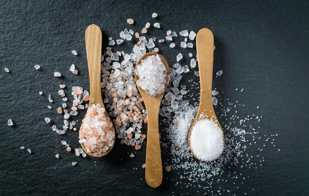 Manfaat garam himalaya, garam laut, dan meja disandingkan.