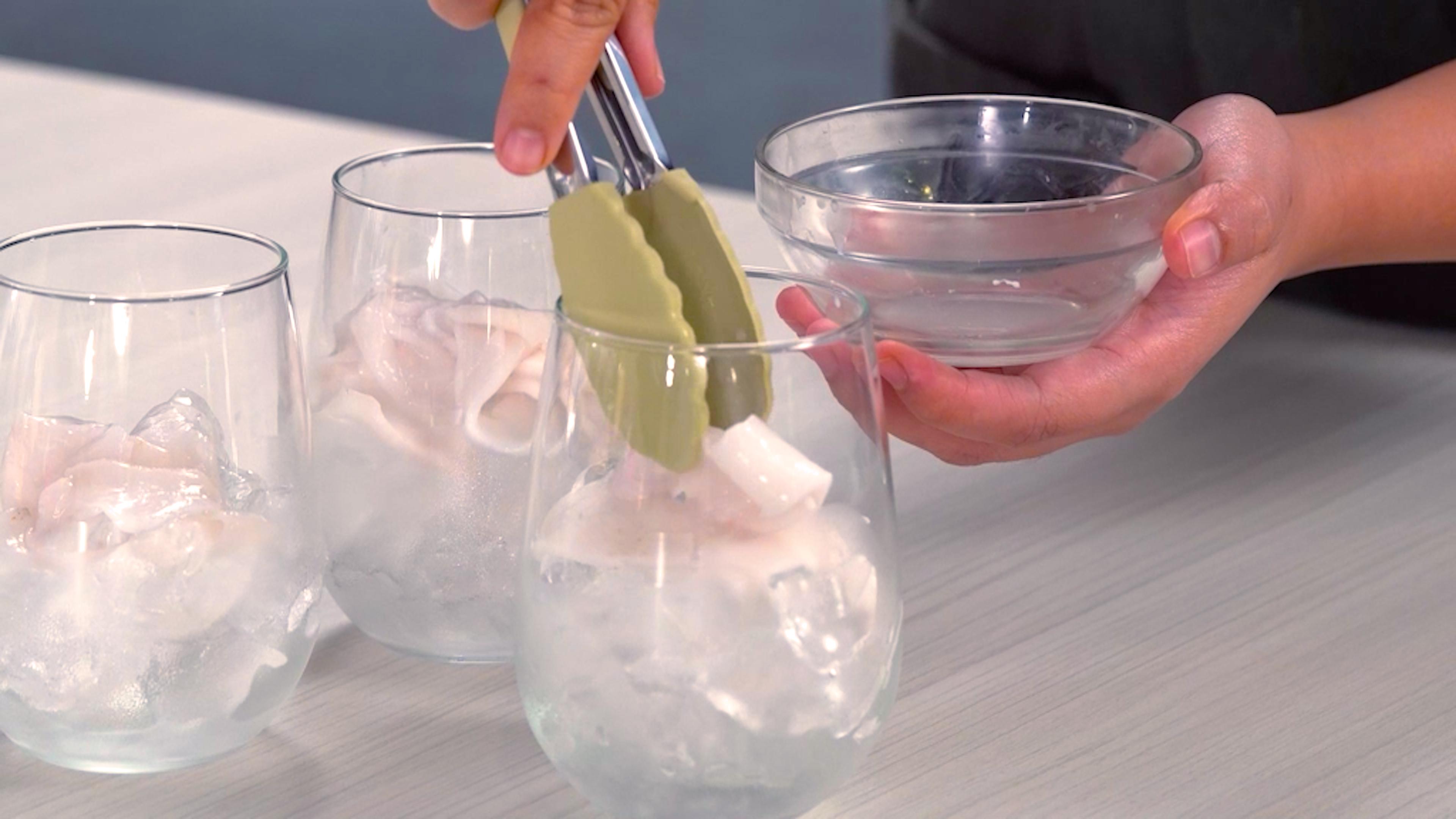 Es kelapa muda disiapkan es batu.