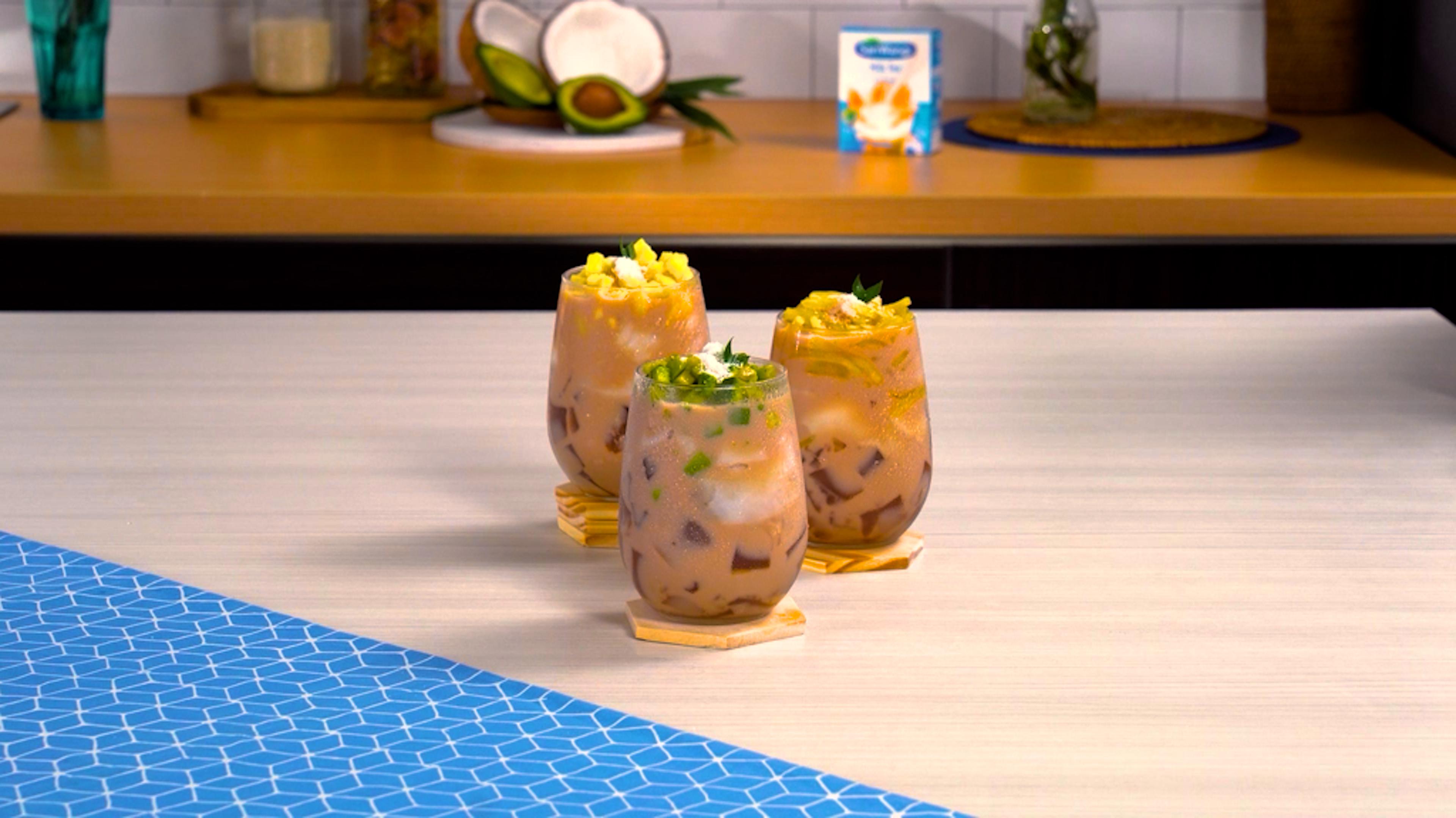 Tiga gelas hasil membuat resep es kelapa.