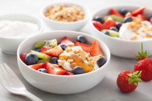 Hasil dari resep salad buah yoghurt oat crumble di mangku putih.