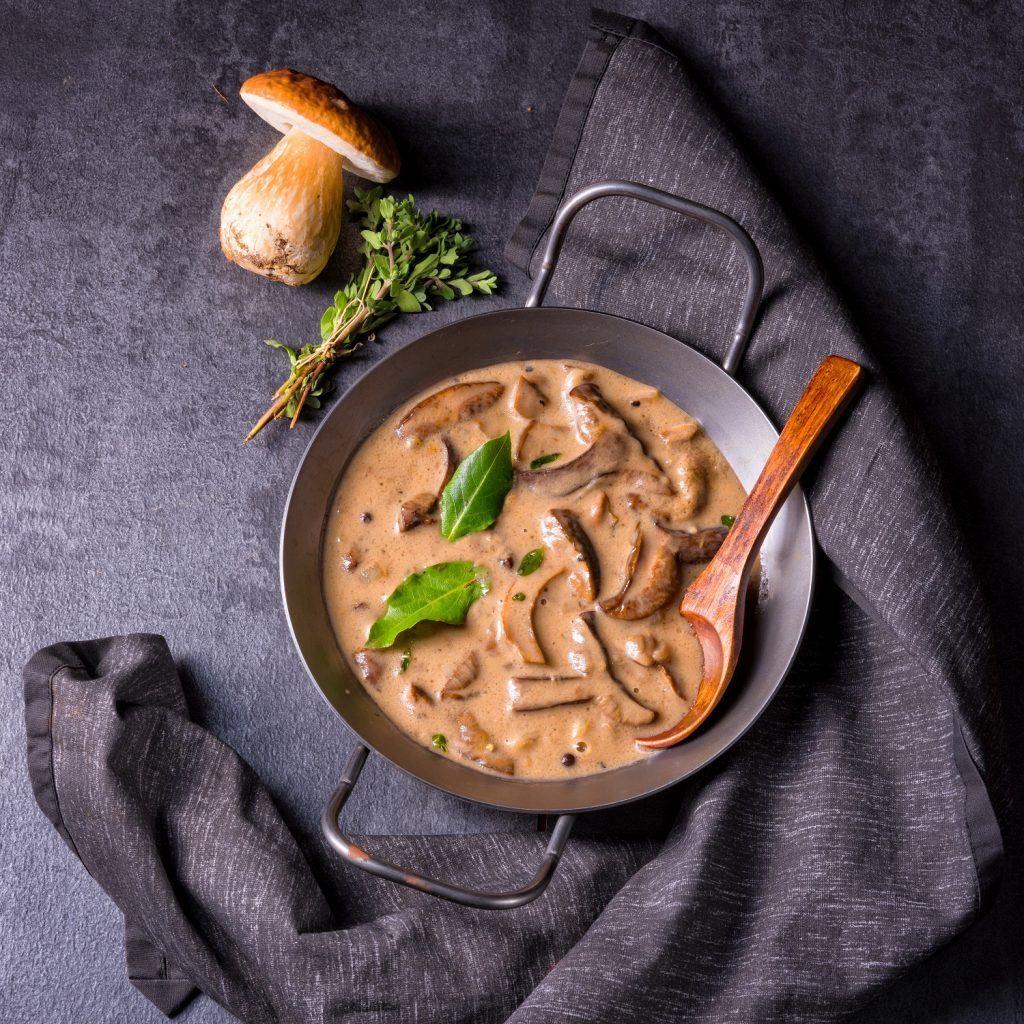 Saus jamur di wajan hitam