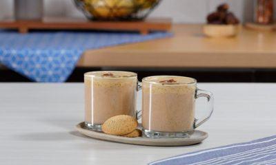 Dua cangkir hasil membuat resep teh susu kurma tengah disajikan.