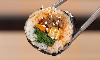 Hasil memasak resep kimbab dipotong dan disumpit.